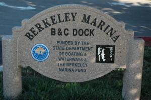 Navnet på vores hotel, der ligger med smuk udsigt over en Marina.